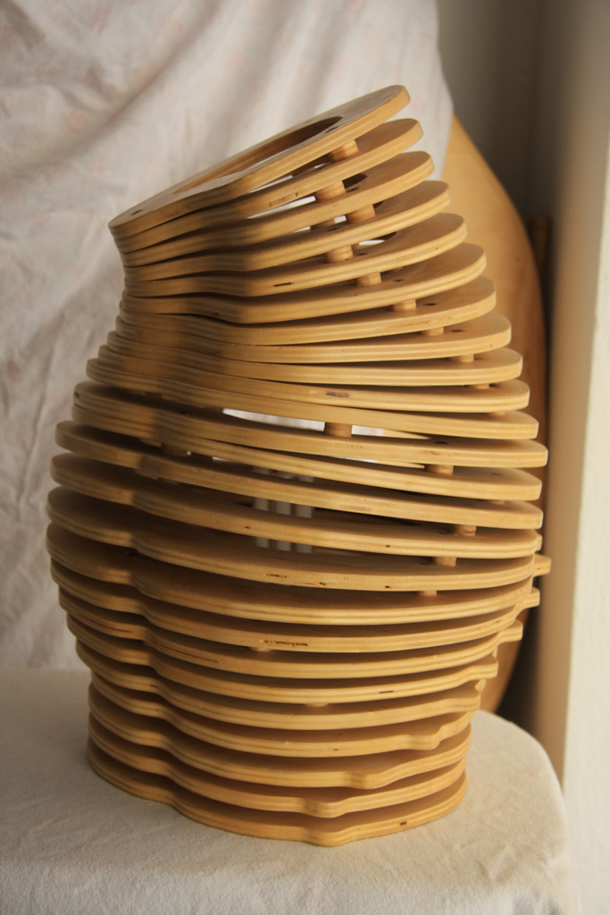 La lampada da tavolo Bumda è un pezzo unico realizzata in multistrato ...