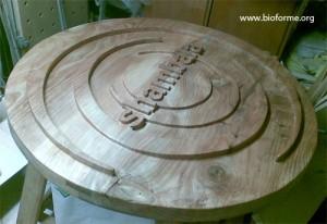 applicazione su legno dell'olio paglierino