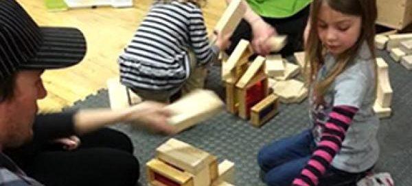 bambini con giocattoli in legno